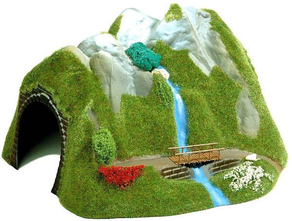 Tunnel mit Wasserfall