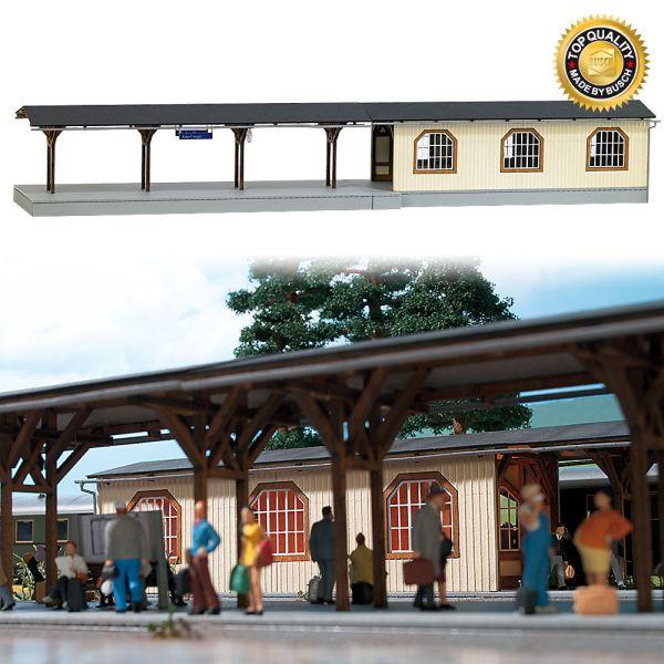 Bahnsteig »Adorf« mit Unterführung