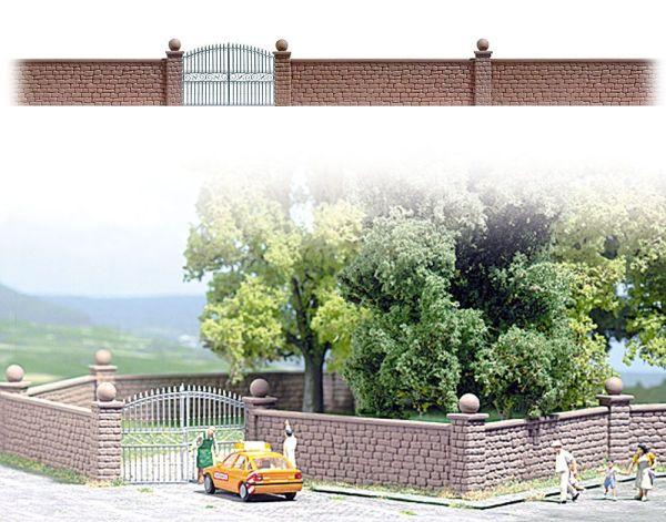 Steinmauer mit Tor