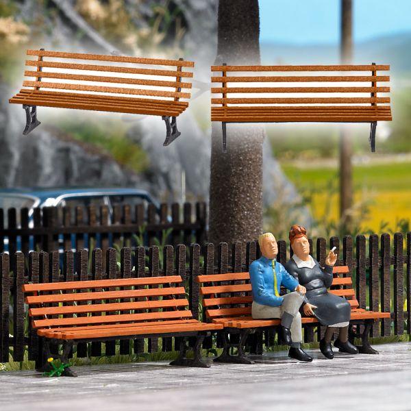 Zwei Sitzbänke