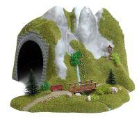 Tunnel mit Bach und Holzsteg