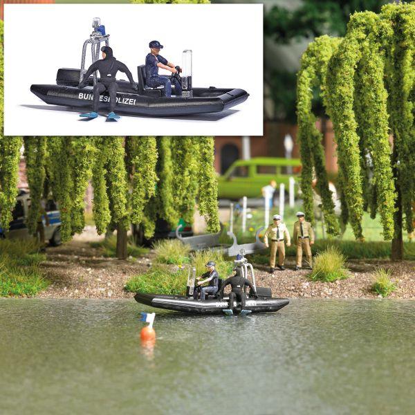 See mit fahrendem Polizeiboot