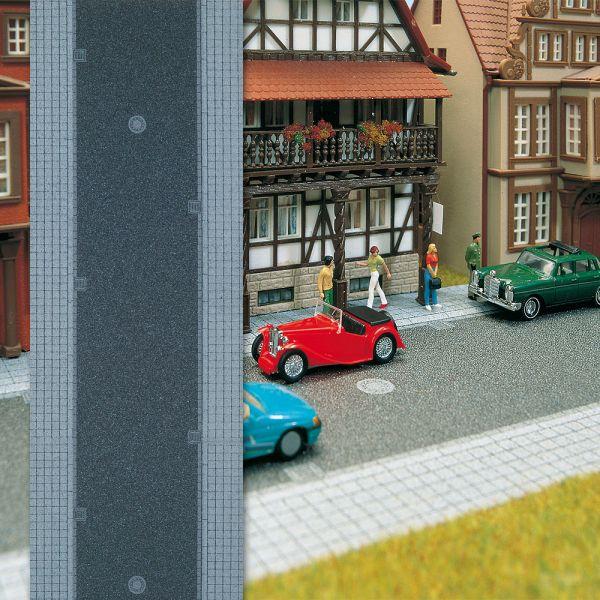 Stadtstraße mit Gehweg
