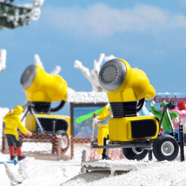 Zwei Schneekanonen