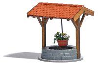 Brunnen mit Blumenampel